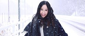 娄艺潇雪景大片演绎极致简约烂漫