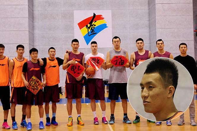 辽宁男篮向球迷拜年 郭艾伦新发型亮了
