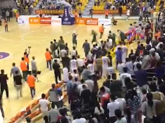 中美男篮友谊赛演群殴