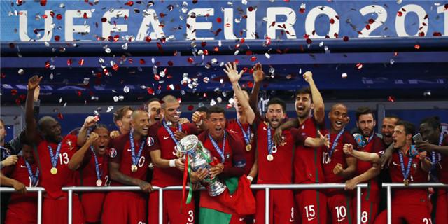 葡萄牙夺冠C罗激情捧杯