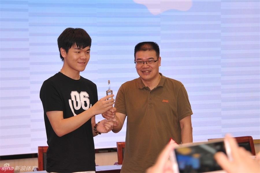 高清-新闻媒体赛柯洁为冠军队颁奖
