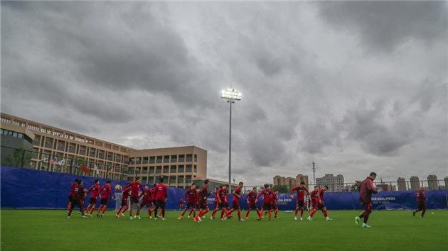国足备战世预赛 不惧糟糕天气坚持训练