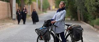 女子伊朗骑行受当地民众欢迎