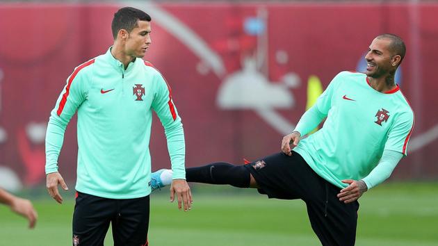 葡萄牙队训练 C罗被队友踢屁股