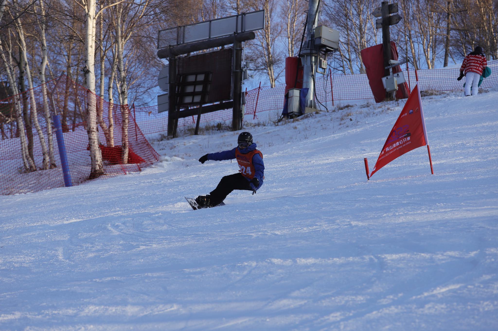 雪战万龙!新浪杯高山滑雪公开赛万龙站单板精彩瞬间