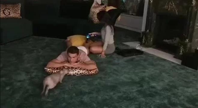 真人生赢家!C罗看球撸猫 女友贴心给他按摩