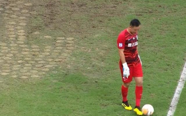 申花球员:比赛场地草皮硬得像水泥 训练场条件糟糕