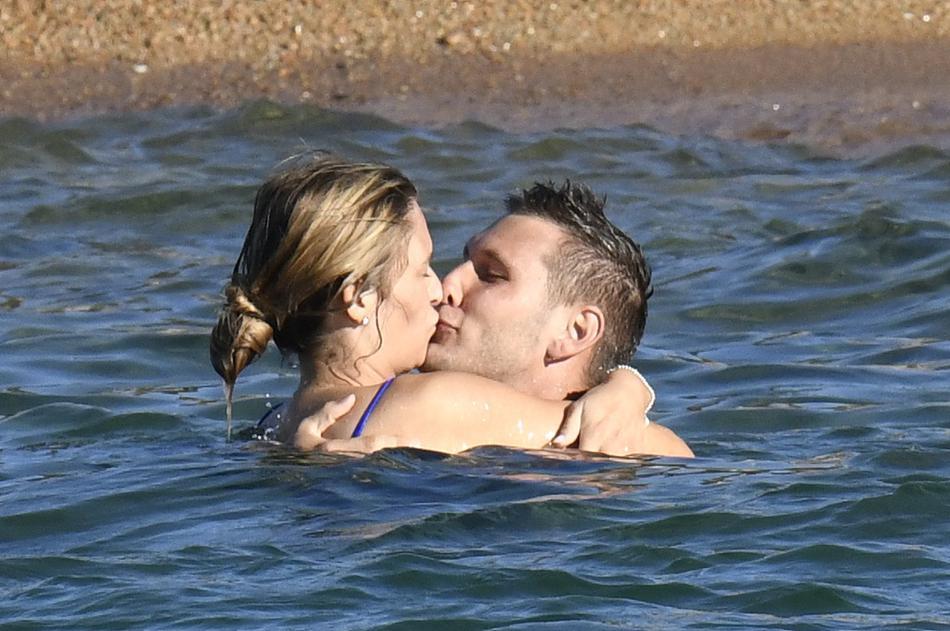 德国中卫聚勒与女友海边度假 海上亲吻甜蜜恩爱十足