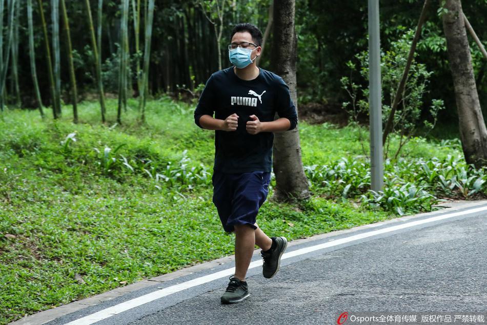 广州市民齐聚天河公园 跑步同时不忘戴口罩防疫