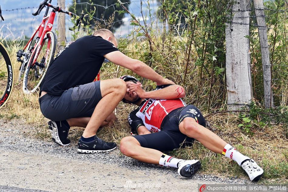 环多芬自行车赛选手摔倒退赛