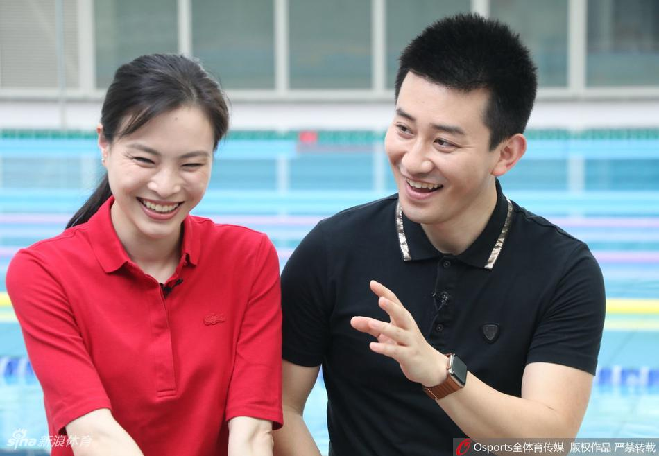 吴敏霞与张效诚直播售游泳卡