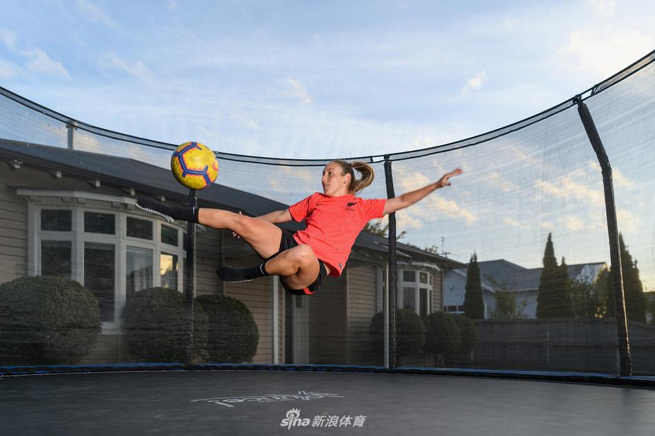 新西兰女足球员家中训练备战