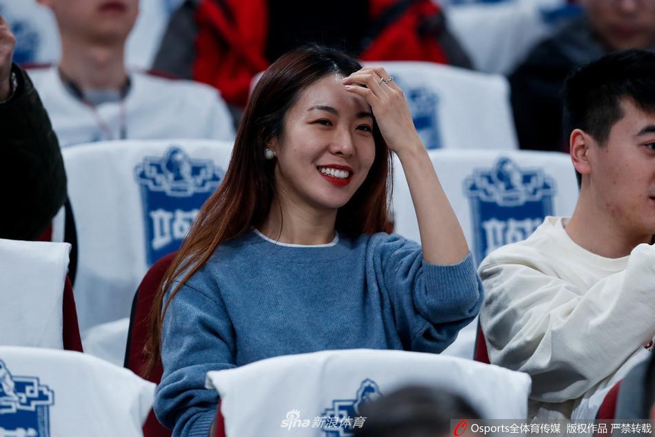 CBA联赛北京美女球迷观战