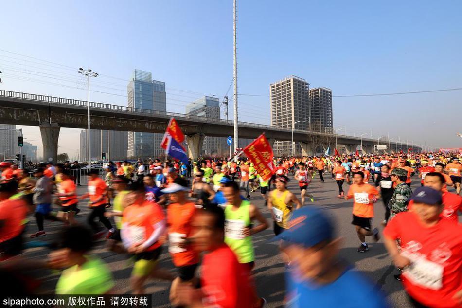 2018年3月25日,河南郑州,2018年中国郑开国际马拉松赛如期鸣枪.