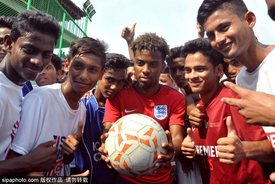 U17世界杯英格兰队训练备战与当地小朋友亲密互动(5张)