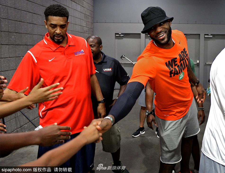 詹姆斯观战大儿子篮球赛