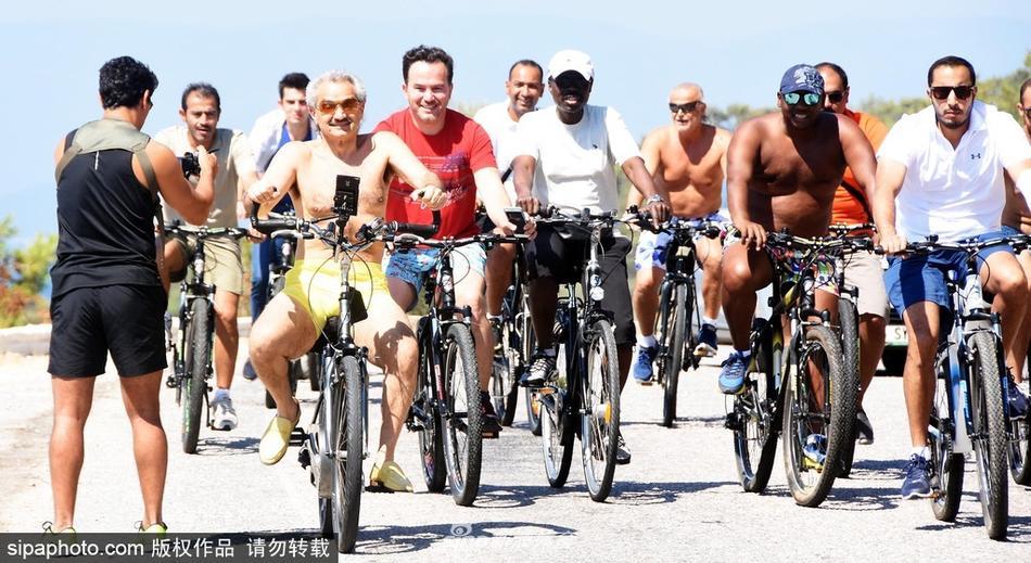 ...沙特王子携亲友爱情海度假 骑车逛游小镇图片 114101 950x519