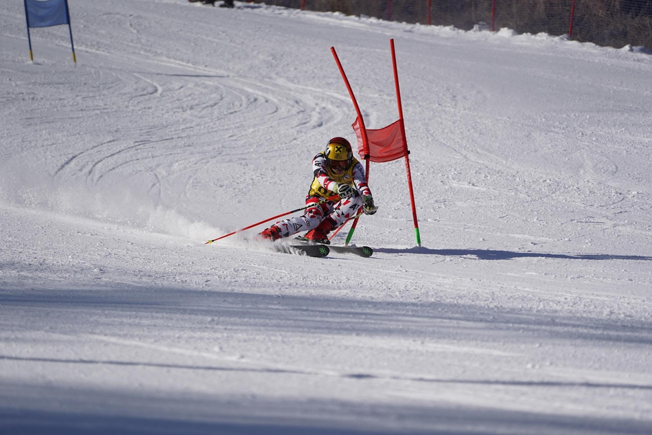 争分夺秒!新浪杯高山滑雪公开赛双板精彩瞬间