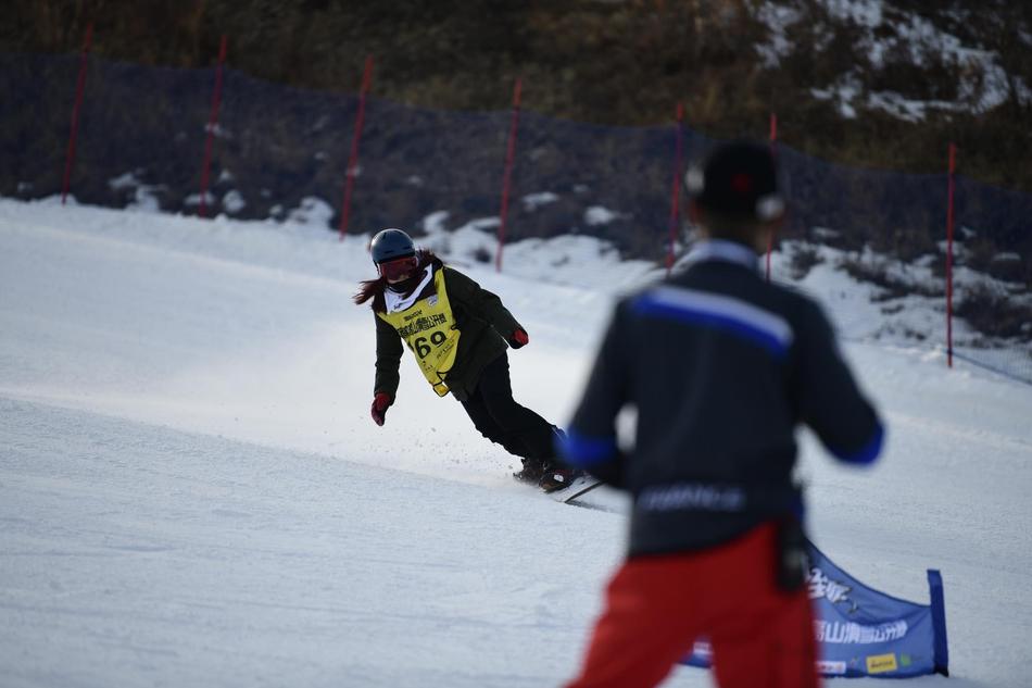 激战太舞!新浪杯高山滑雪公开赛单板精彩瞬间