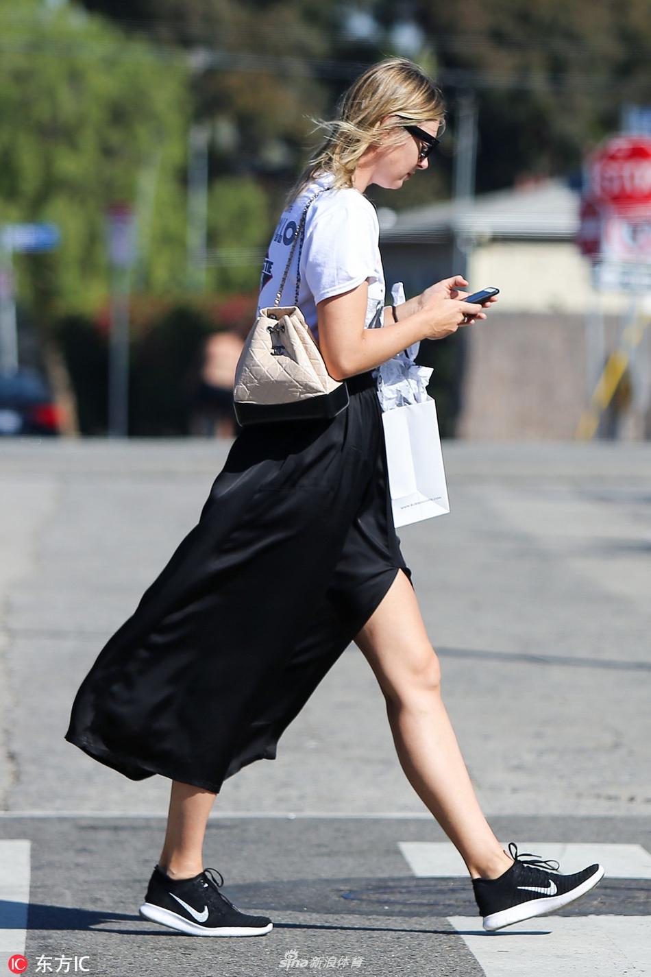 莎娃黑纱长裙 白t外出购物图片