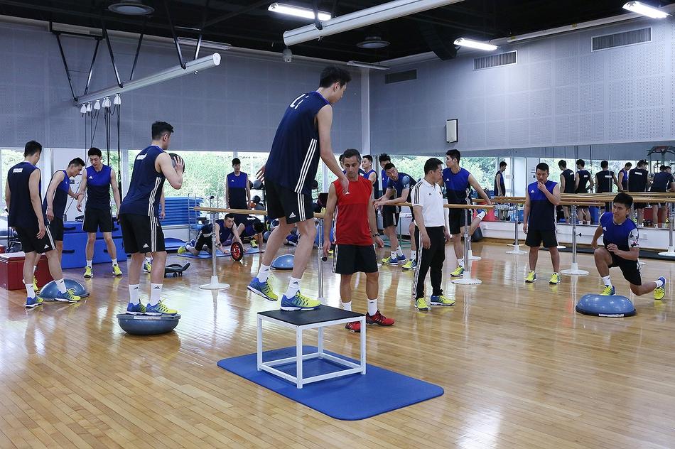 中国男排首堂训练课女队观摩(18张)