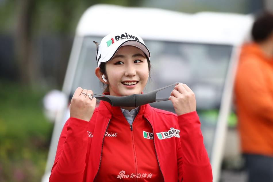 球员戴口罩参加女子韩巡赛