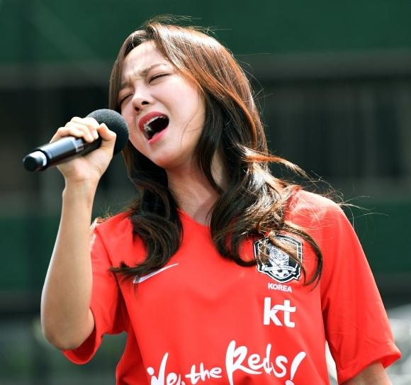 5月21日下午,GUGUDAN成员金世正加了2018俄罗斯世界杯韩国队出征仪式并演唱了歌曲。金世正与足金精英赛的足球宝贝们相比如何呢?(新浪韩娱)