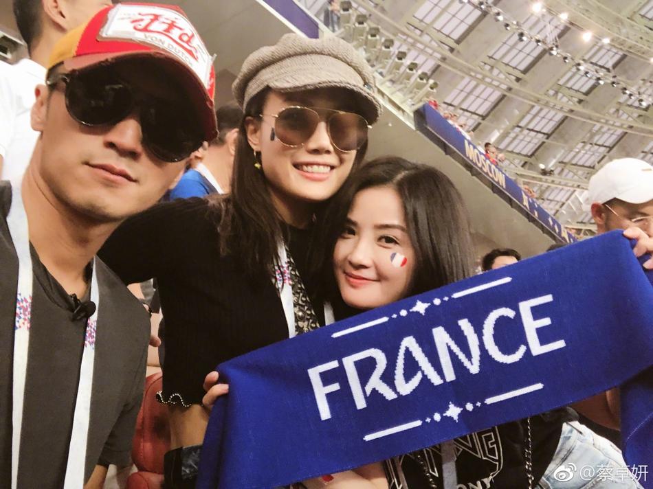 阿sa晒照与容祖儿谢霆锋观战世界杯