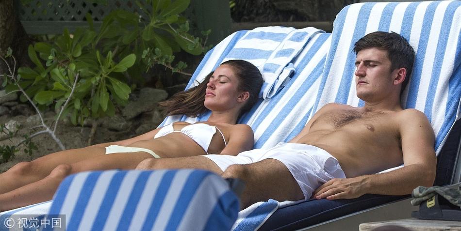 哈里·马奎尔与女友享受日光浴