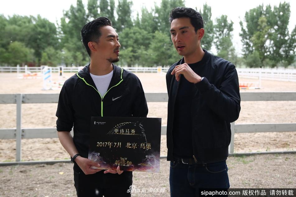 华天现身北京拍写真迷妹直呼白马王子