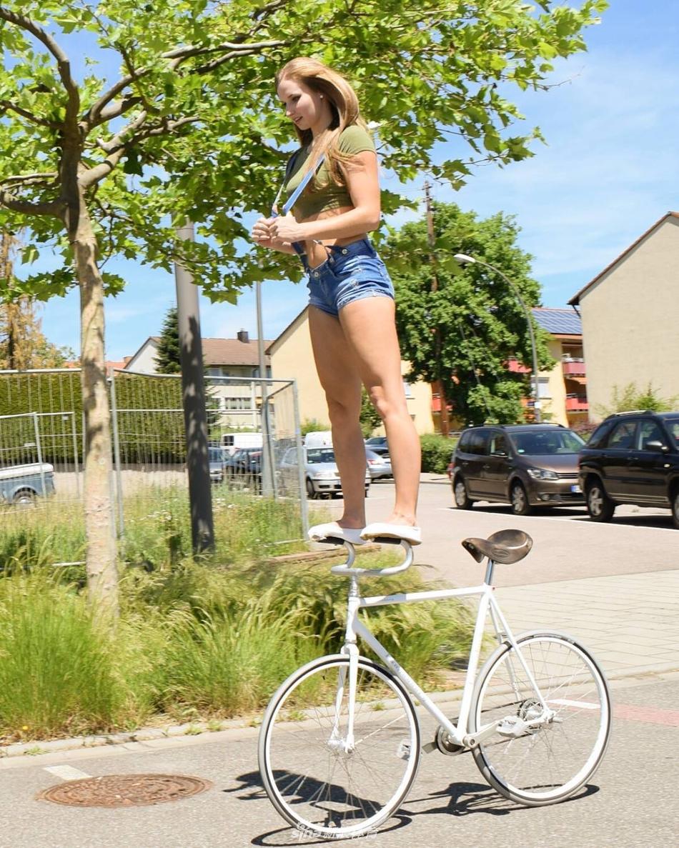 德国美女上演单车芭蕾技艺惊人