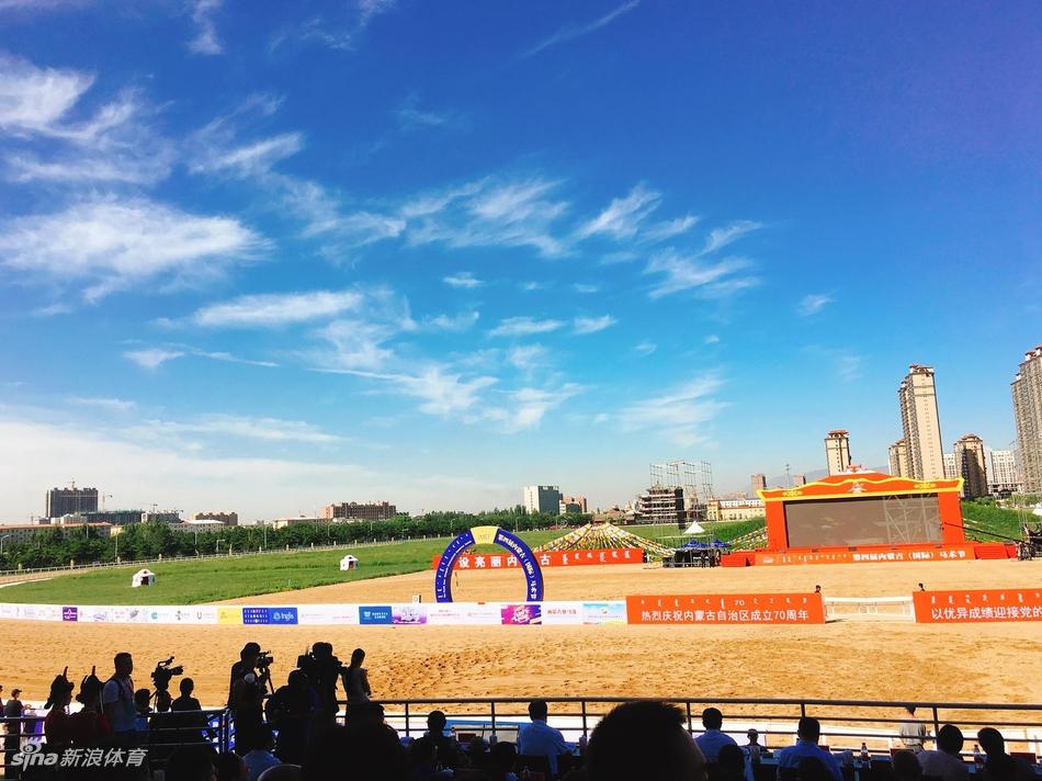 12日,第四届内蒙古(国际)马术节开幕式盛大启幕,一起感受马主