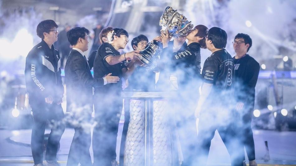 捧得俱乐部历史上的第二座S系冠军奖杯.-英雄联盟S7总决赛落幕