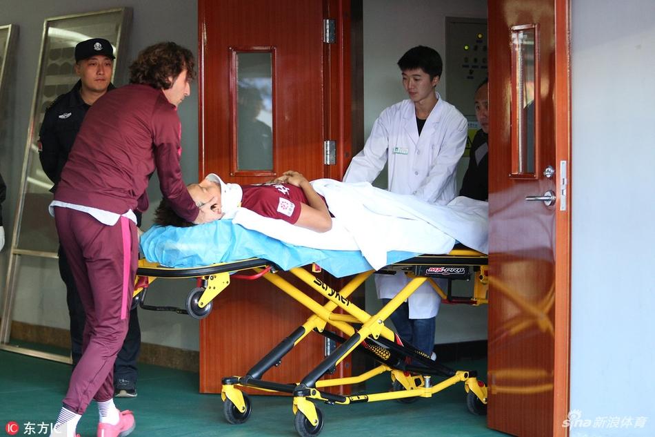[中超]尹鸿博受伤被送医院治疗(6张)