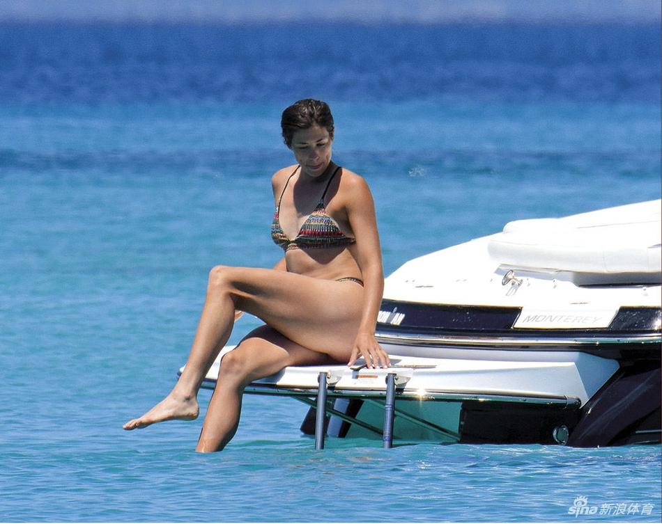 穆古鲁扎穿比基尼海边度假