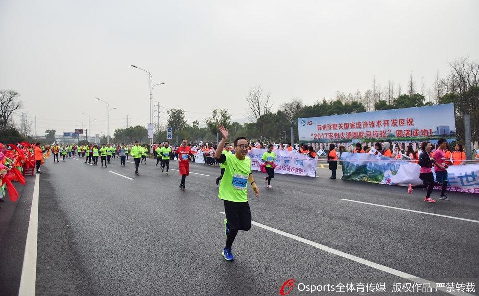 日,2017年苏州太湖国际马拉松,胡雪峰领衔开跑.-2017苏州太湖