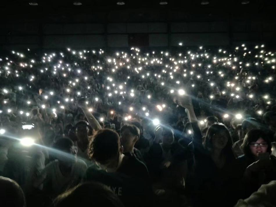 篮球全明星比赛,有数千名观众在现场观看比赛,停电之后观众没有慌张