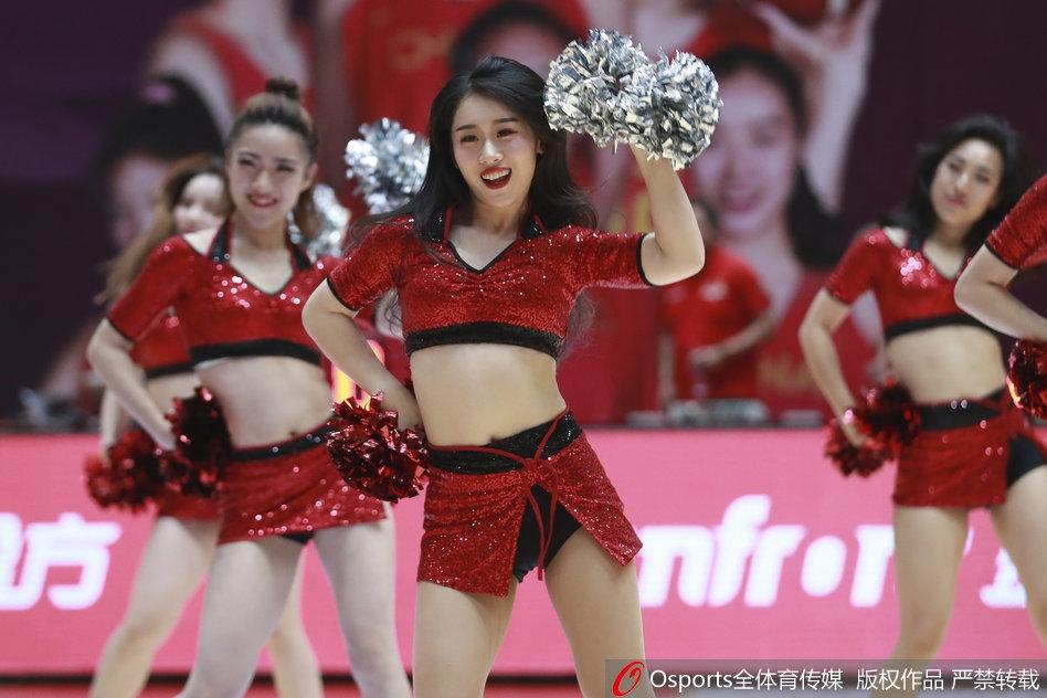 2018年6月3日,2018年中比国际女篮对抗赛:中国vs比利时,篮球宝贝演绎性感扇子舞 。