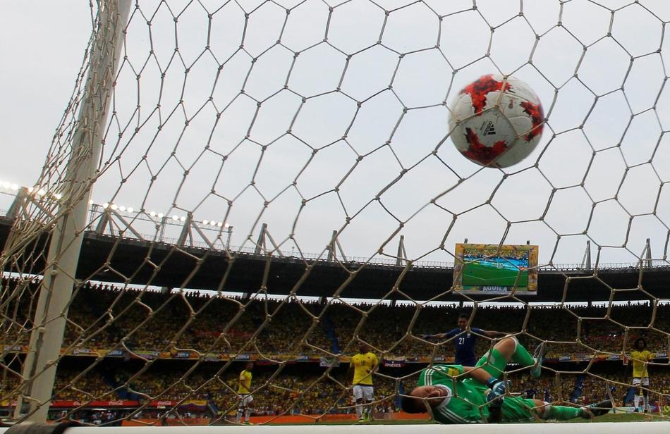 [世预赛]阿伦比亚1-1巴西(9张)