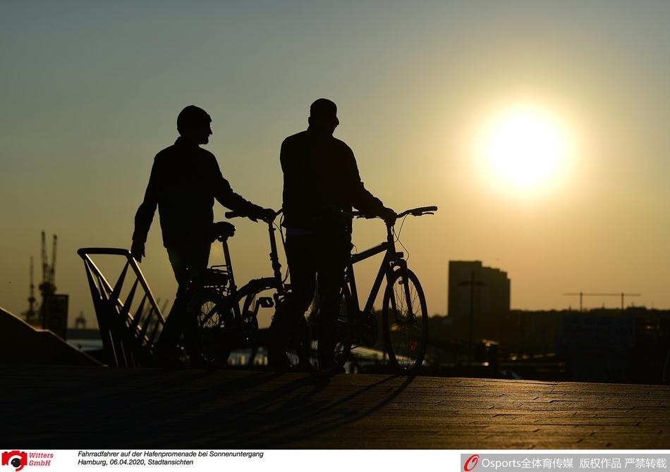 疫情下的德国:黄昏下汉堡港口长廊的骑车人