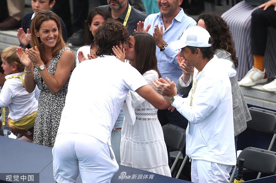 F-洛佩兹夺冠和女友亲吻庆祝