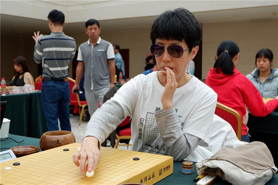 高清-女子围甲第13轮棋手特写 芮乃伟戴墨镜出战