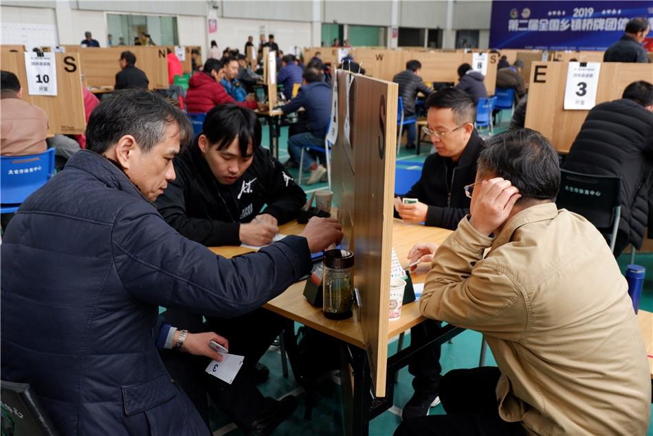 乔铮(左二)在决赛比赛中