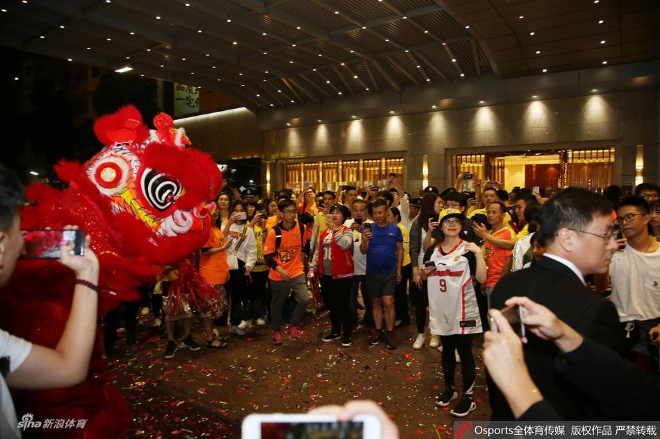 广东宏远凯旋而归,机场酒店大批球迷亲炎接待。
