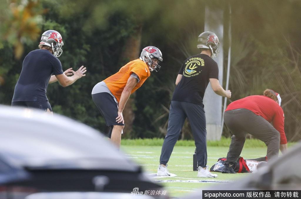 汤姆·布雷迪与多位队友在坦帕高中进行训练