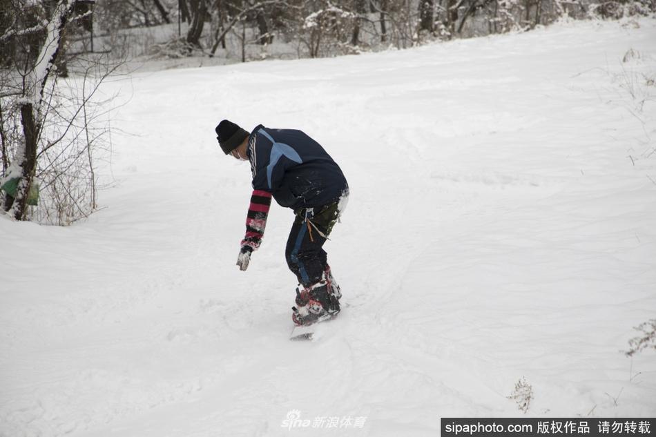 花甲老人在林中雪地上练滑雪