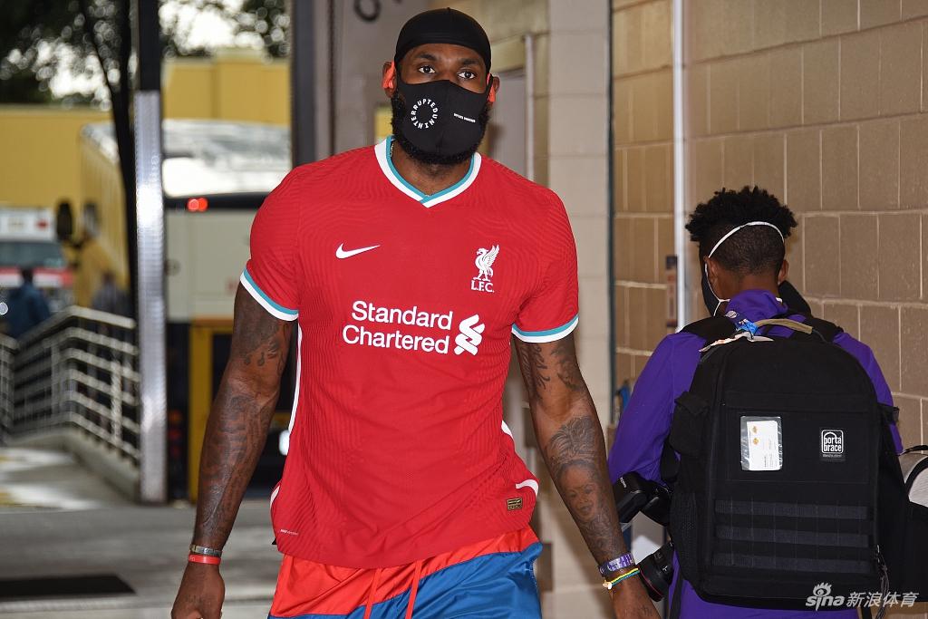 詹姆斯穿利物浦队新款球衣亮相 与红军球员比谁更帅