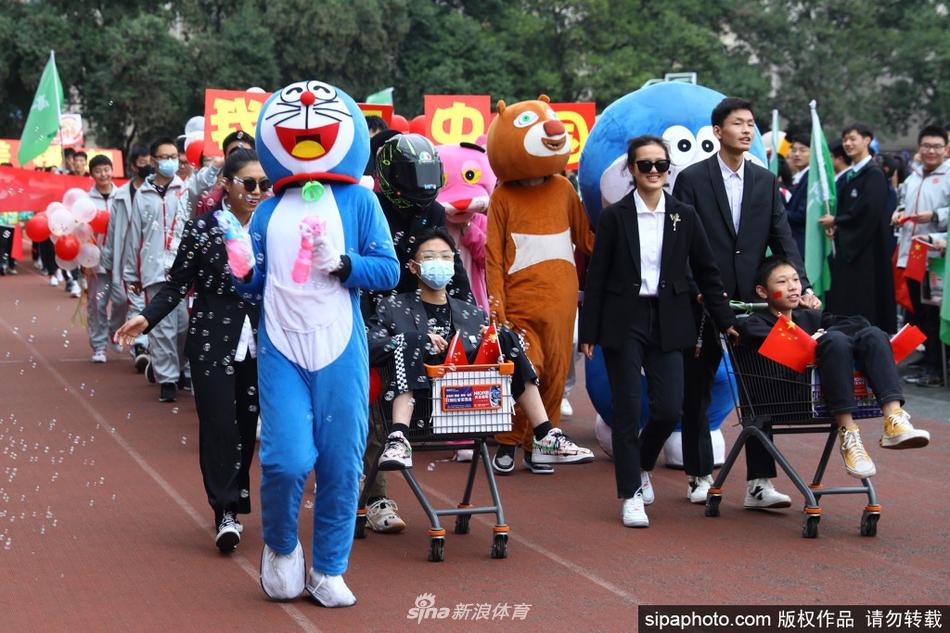 安徽淮北:校园运动会开幕式 创意十足夺眼球