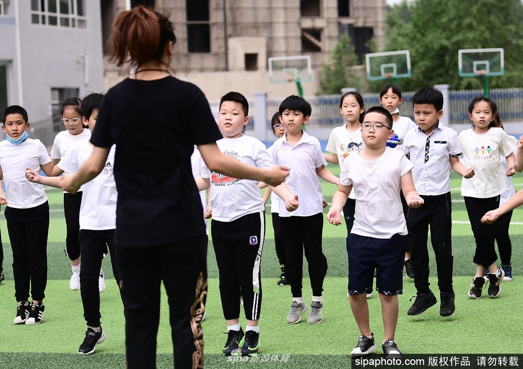 中青报:改变男孩柔弱化 从抓好体育课开始