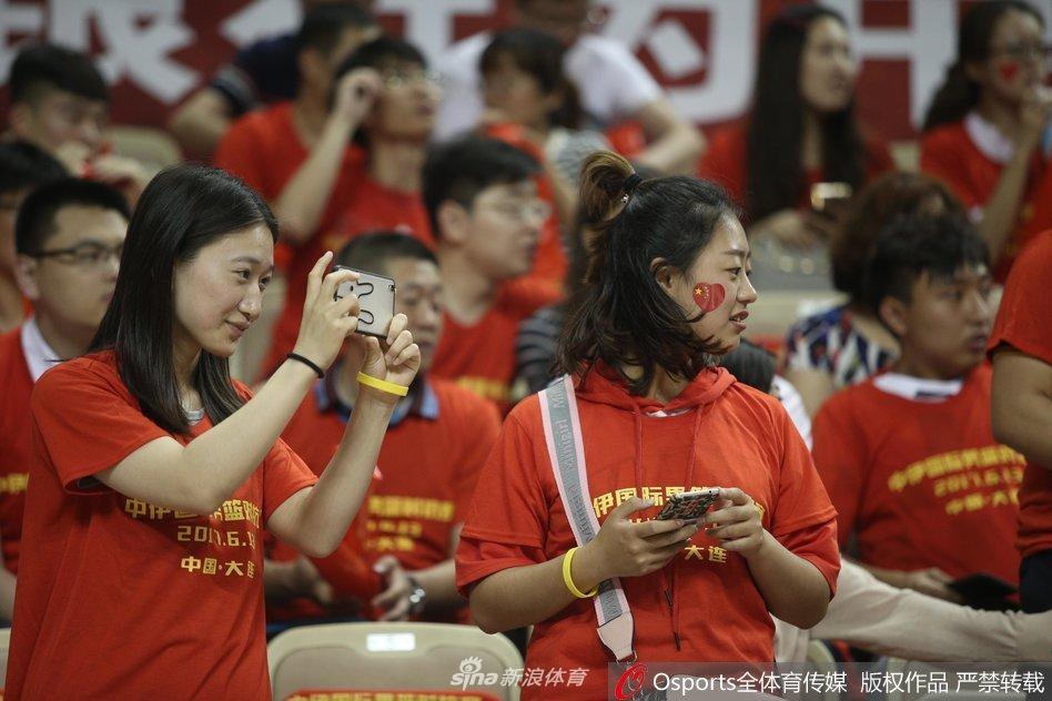 大连球迷热情支持中国男篮